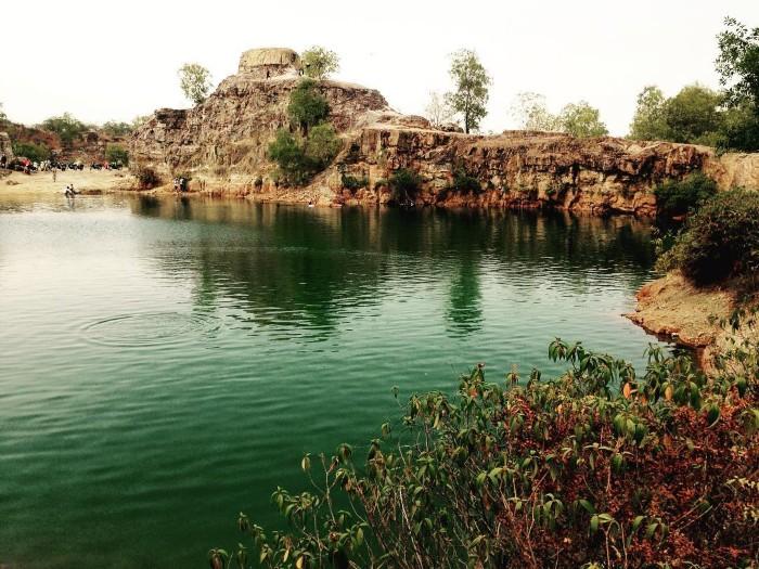 Mặt hồ phẳng lặng như gương soi bóng núi non, cây bụi tạo nên một khung mờ ảo tưạ như một bức tranh thủy mặc đâỳ màu sắc. Ảnh:Trúc Phạm on Instagram