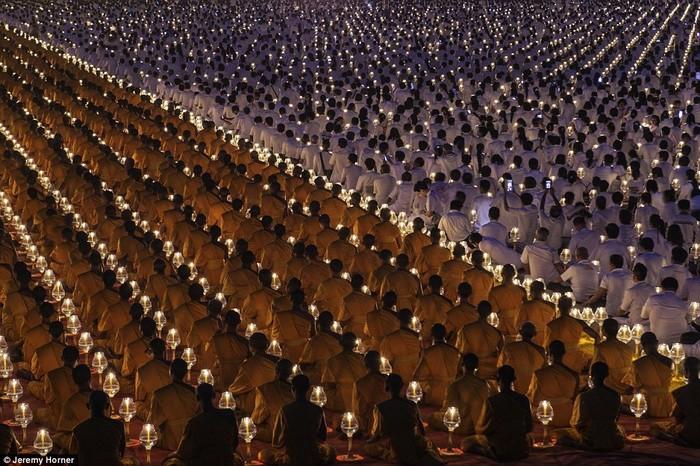 Những nhà sư tụ hội rước nến trong lễ tấn phong của các nhà sư mới tại Wat Phra Dhammakaya, một đền thờ phía bắc Bangkok, Thái Lan.