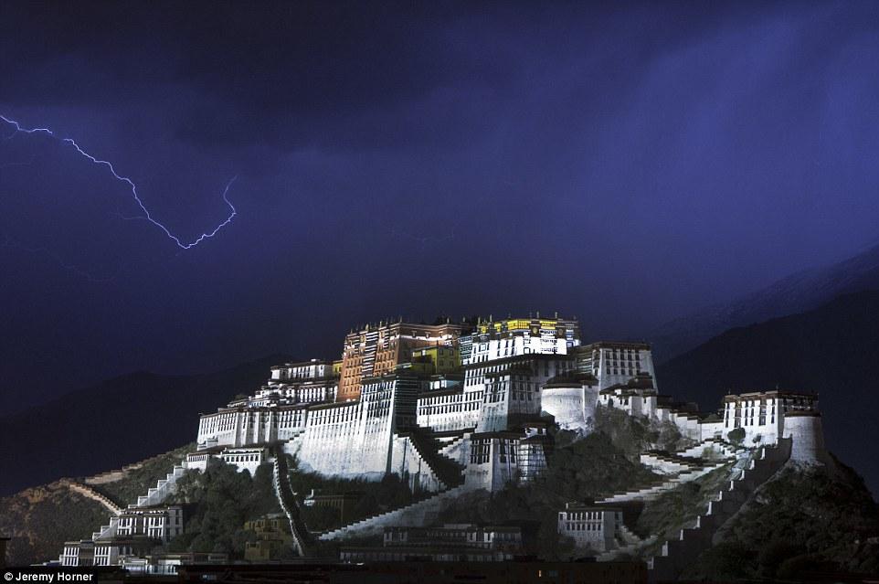 Sét đánh xé toang bầu trời bao phủ cung điện Potala trong một cơn bão ở Lhasa. Nơi đây từng là nơi cư trú mùa đông của Đức Đạt Lai Lạt Ma.