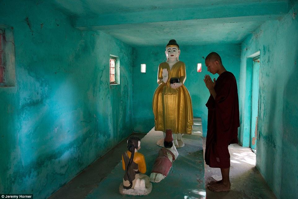 Một nhà sư đang cầu nguyện tại một trong hàng ngàn ngôi đền ở Amarapura, một thành phố từng là thủ đô của Myanmar.