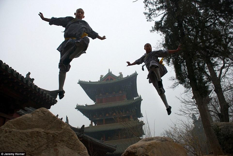 Hai nhà sư Thiếu Lâm tại Trịnh Châu, Trung Quốc đang luyện tập kung fu.