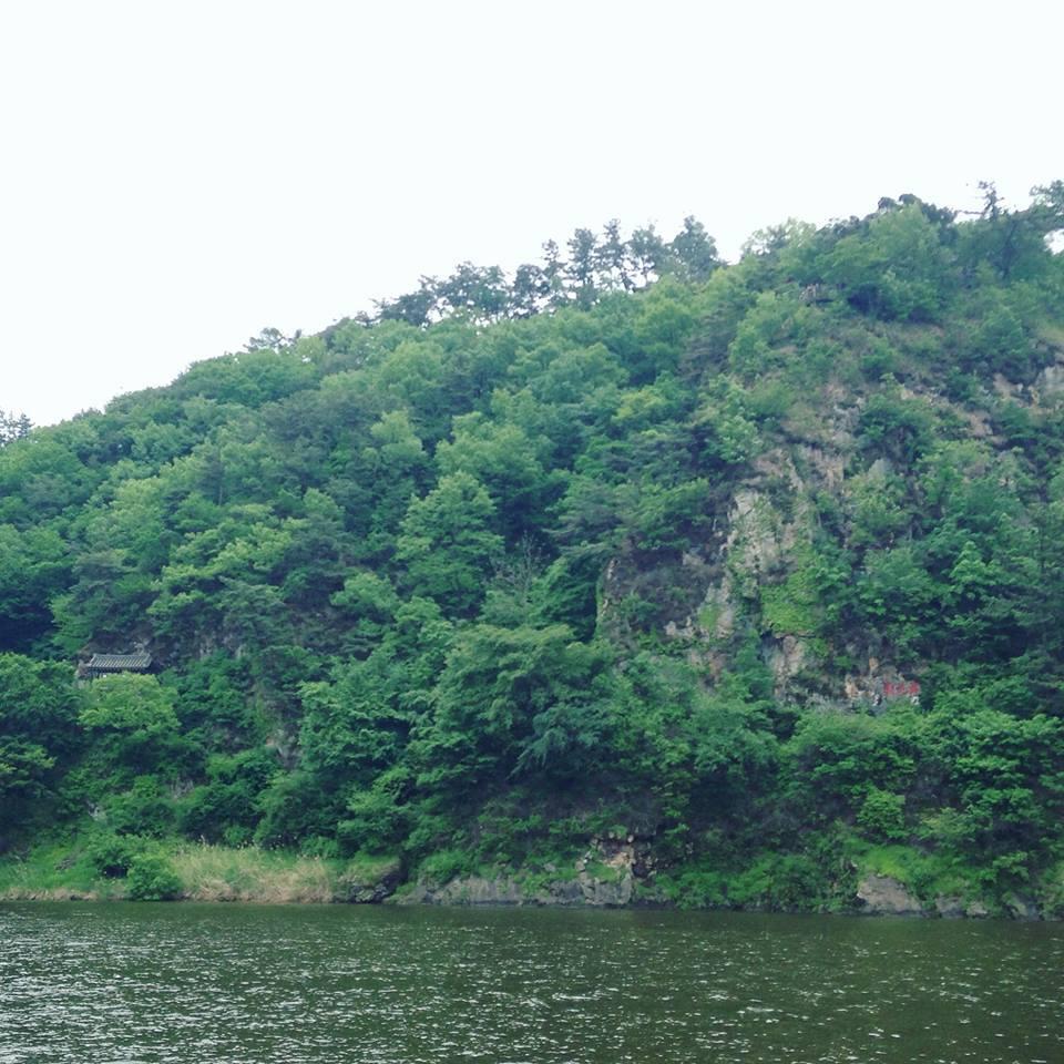 Du khách khi tới Buyeo, Hàn Quốc đều ghé thăm một địa danh nổi tiếng - vách đá Nakhwaam.