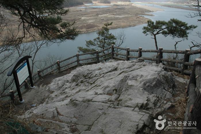 Từ trên cao nhìn xuống, vách Lạc Hoa khá dốc. Do đó, khi các cung nữ và người dân của Baekje nhảy xuống, một phần bị chết đuối nhưng một phần chết do đập đầu vào các vách đá dựng đứng.