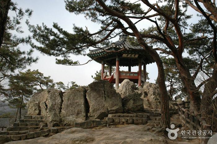 Tương truyền rằng khi bị giặc truy sát, mọi người đã cùng nhau chạy lên núi. Đây là điểm cuối của đất nước Baekje. Lúc bấy giờ, họ có nhiều sự lựa chọn: hoặc là quay lại chiến đấu với kẻ thù, hoặc van xin chúng tha mạng và sống cuộc đời tủi nhục. Cuối cùng, mọi người đã chọn phương án thứ 3: họ cùng nhảy xuống sông tự vẫn để bảo toàn danh dự.