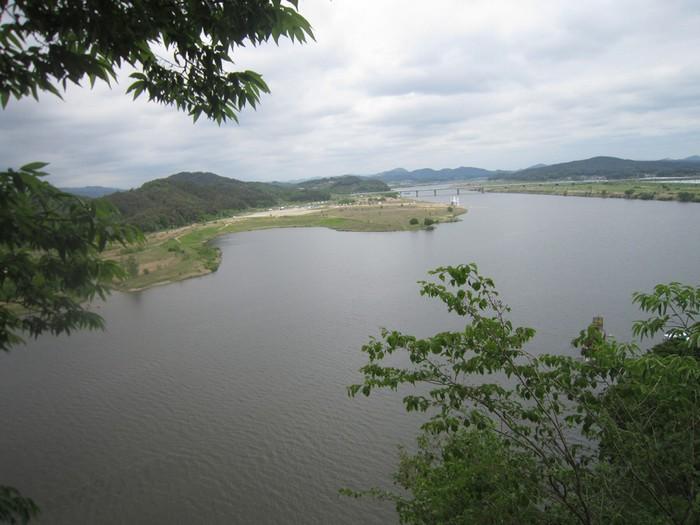 Vách Lạc Hoa tọa lạc trên núi Busosan, phía bên dưới là sông Baengmagang. Người đời sau này đặt tên cho vách đá là Nakhwaam, nghĩa là Vách đá hoa rơi (Lạc Hoa) - khắc họa hình ảnh 4.000 cung nữ tự vẫn ở đây giống như những cánh hoa rơi. Nó cũng tượng trưng cho sự trung thành và trọng danh dự của phụ nữ Baekje.