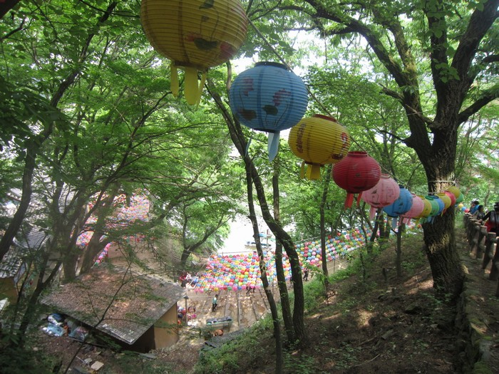 Dọc hai bên đường lên núi và vào chùa treo rất nhiều đèn lồng cùng với các lời khấn nguyện của người dân.