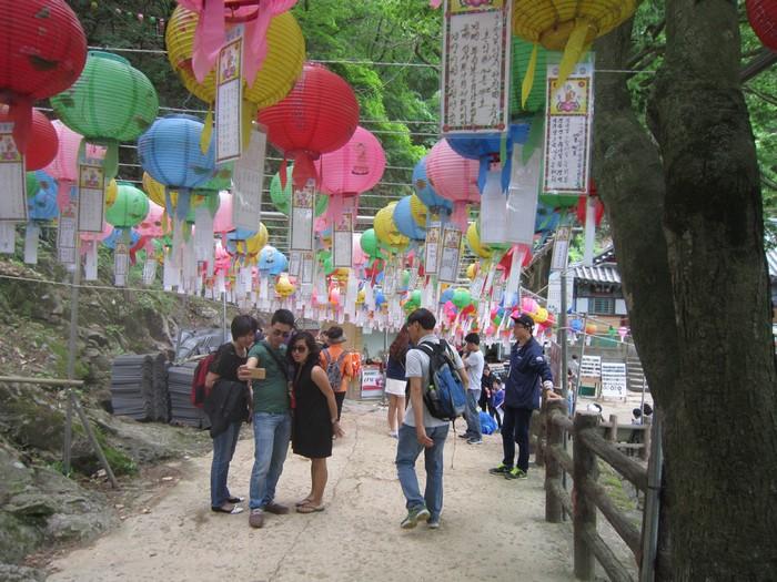 Dưới mỗi đèn lồng, người ta đều treo các lời mong ước như hòa bình, sự bình yên trong gia đình hay con cái học hành đỗ đạt. Nơi đây trở thành một điểm du lịch đông khách của Buyeo, thu hút không chỉ khách quốc tế mà người Hàn Quốc cũng thường cùng gia đình, con cái đến đây vãn cảnh.