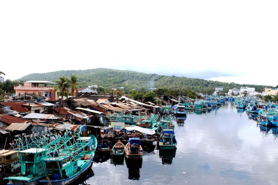 Nằm ở phía Tây Bắc, thị trấn Dương Đông được xem là thủ phủ của huyện đảo, chợ Dương Đông lúc nào cũng tấp nập kẻ bán người mua, du khách sẽ choáng ngợp với những loại hải sản tươi ngon, giá cả phải chăng.