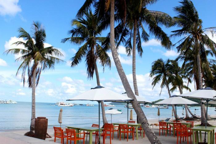 Cách thị trấn Dương Đông 25 km, phía Nam Đảo, du khách sẽ ấn tượng với hai bờ biển đẹp và lãng mạn nhất trên đảo. Bãi Sao – một trong những bãi biển đẹp nhất Việt Nam, với màu nước xanh ngọc bích, bãi cát trắng mịn bên hàng dừa cao vút tạo ra một khung cảnh hữu tình nên thơ.