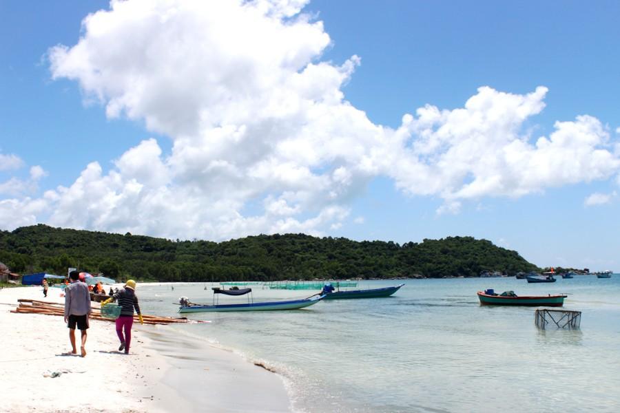 Bãi Khem có hình cánh cung, địa hình kín gió. Bãi biển hiện ra với khung cảnh làng chài thanh bình cùng những dịch vụ chèo thuyền kayak, câu cá ở Giếng Tiên, câu mực đêm với giá dao động 200.000 - 300.000 đồng một người cho mỗi dịch vụ...