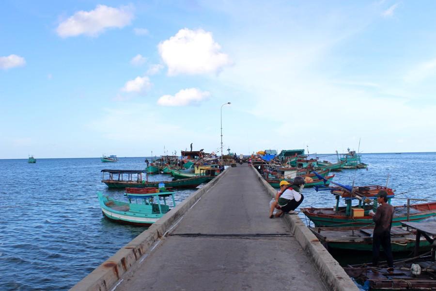 Làng chài Hàm Ninh nằm ở phía Đông Đảo, sau lưng là núi rừng, trước mặt là biển cả. Nơi đây cuốn hút du khách bởi làng chài cổ trong ánh chiều hoàng hôn đẹp đến nao lòng.