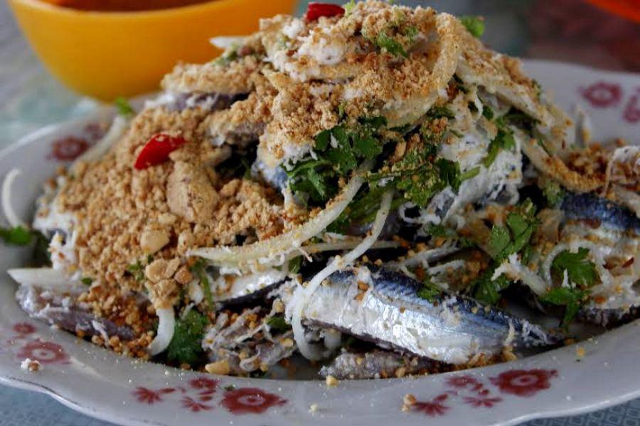 Sẽ rất thiếu sót nếu không nhắc đến những món ngon khi đến Phú Quốc như món gỏi cá trích, nước mắm, rượu sim, hạt tiêu.., những hương vị đã góp phần làm phong phú ẩm thực nơi đây.