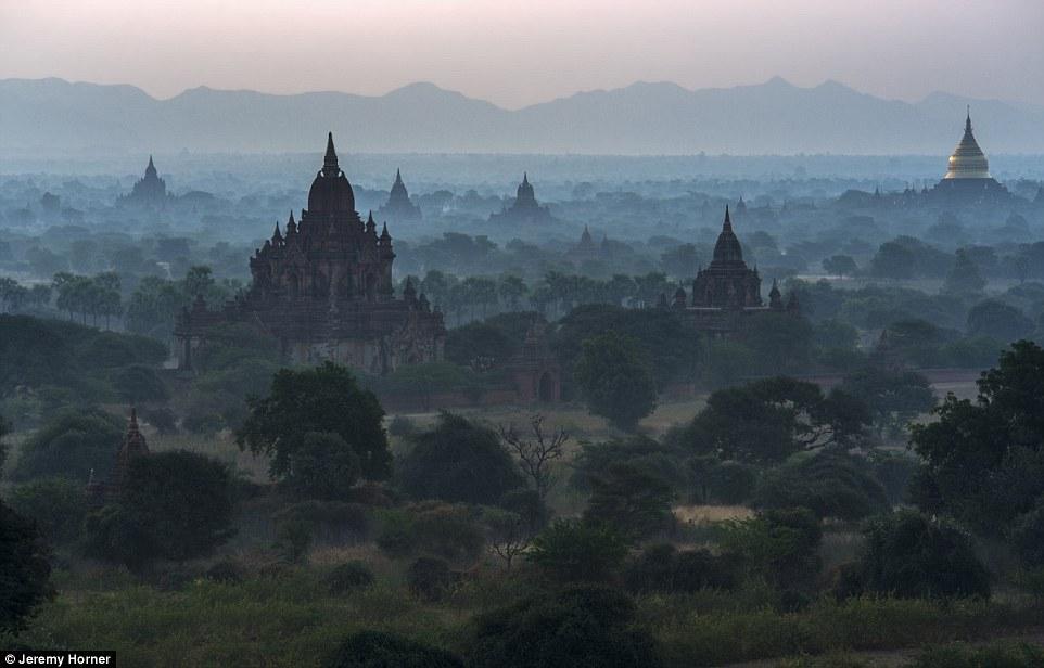 Những ngôi chùa tháp ẩn hiện trong màn sương mù trên sông Irawaddy, Bagan, một thành phố cổ ở Myanmar.
