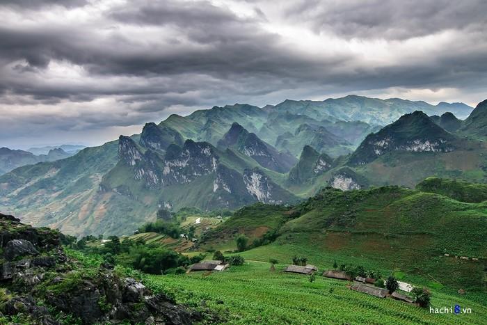 Mùa hạ khung cảnh núi đá vôi Du Già được bao phủ bởi lớp thực vật xanh khiến tất cả sinh động hơn bao giờ hết. Những bản làng thưa thớt mà nhỏ bé nằm nép mình bên sườn núi càng tô điểm cho bức tranh thiên nhiên này.