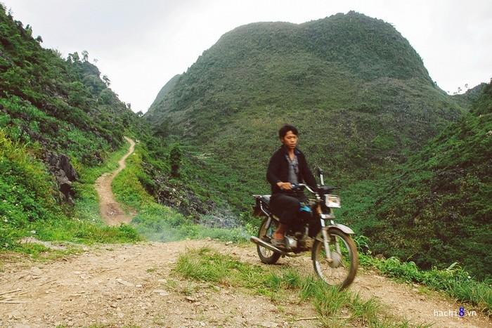 Từ đây đoạn đường khó khăn hơn, rất nhiều lối mòn và dốc đất đá. Những chiếc xe win là lựa chọn tối ưu cho di chuyển của dân bản.