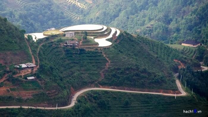Dốc Ngam La về Mậu Duệ là cung đường hiểm trở nổi tiếng được truyền tai nhau với dốc nối dốc nhưng lại là nơi có nhiều nương ruộng bậc thang kỳ vĩ nhất trên cao nguyên đá.