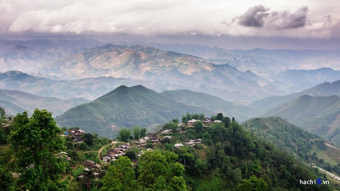 Nguồn nước dồi dào, đất trai trù phú hơn nên những bản làng người Dao ở đây rất đông đúc. Tất cả nằm chênh vênh giữa núi đồi trùng điệp, nếu có nhiều thời gian bạn hãy thử trải nghiệm tham quan nơi đây.