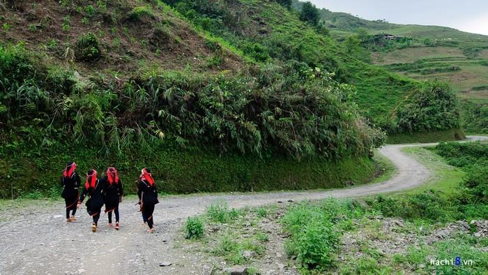 Bước chân đến trường của những cô bé cậu bé người Dao thật khiến cho du khách không khỏi khâm phục.