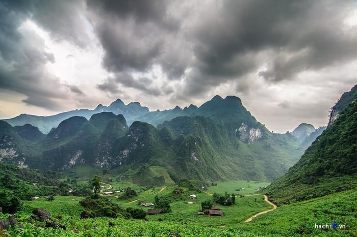 Lũng Hồ là một thung lũng nhỏ nằm lọt thỏm giữa không gian núi đá hùng vĩ.