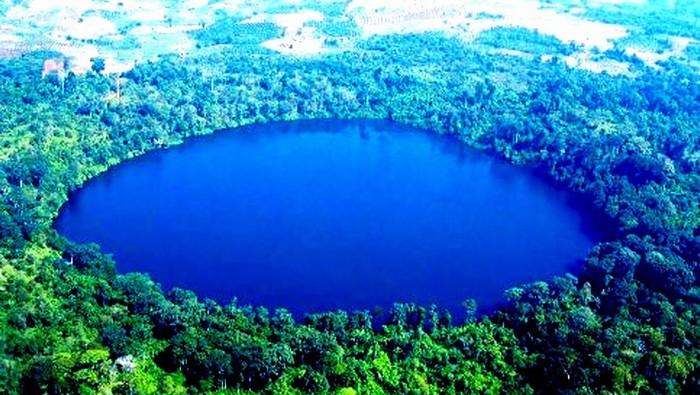 Một cảnh quan đầy màu xanh ngay trong lòng núi lửa niên đại 4000 năm