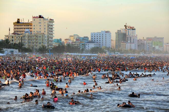 Theo trung tâm văn hóa du lịch Sầm Sơn (Thanh Hóa), lượng khách đổ về bãi biển ở đây tăng cao từ tháng 6. Vào cuối tuần, biển Sầm Sơn đón trung bình 60.000 - 70.000 lượt khách mỗi ngày.