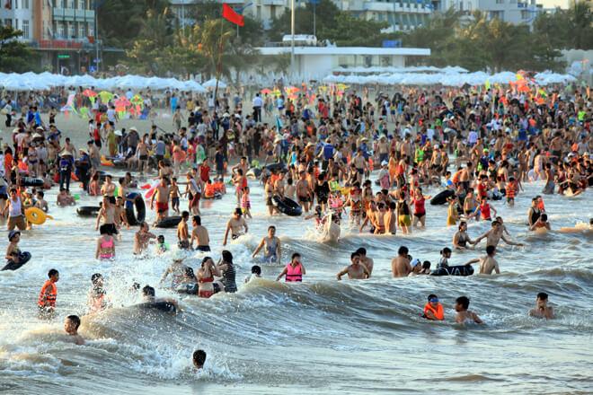 Dù không phải cuối tuần, biển Sầm Sơn vẫn đón khoảng 40.000 lượt khách trong ngày 14/6, đại diện trung tâm văn hóa du lịch thị xã cho biết