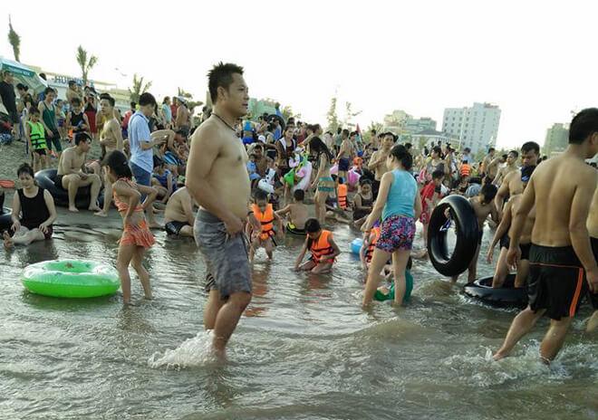 Theo trung tâm văn hóa du lịch Sầm Sơn, lượng khách trong tháng 6 có thể tăng khoảng 30% so với tháng trước. Trong khi đó, hơn một triệu lượt khách đã đến Sầm Sơn trong tháng 5.