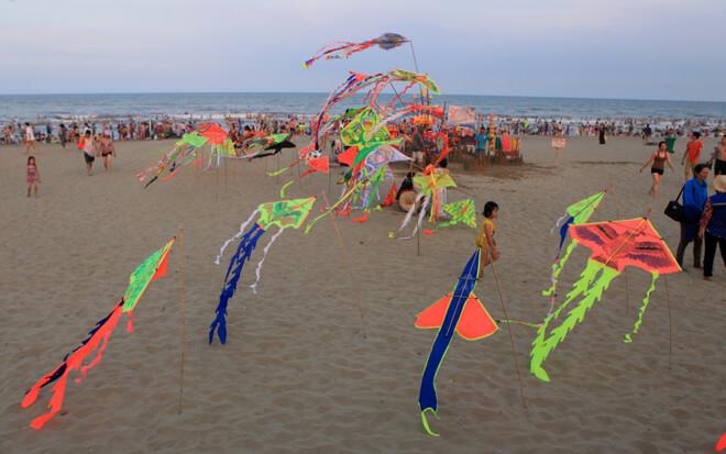 Bên cạnh thời tiết nắng nóng, sự lột xác của bãi biển Sầm Sơn trong mùa hè năm nay cũng thu hút nhiều du khách đến tắm biển, nghỉ mát