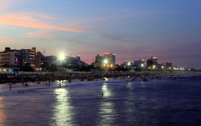 Bờ biển Sầm Sơn trước đây dài hơn một km nhưng sau khi được quy hoạch, cải tạo, dài khoảng 3,5 km, đáp ứng nhu cầu tăng cao của du khách trong và ngoài tỉnh