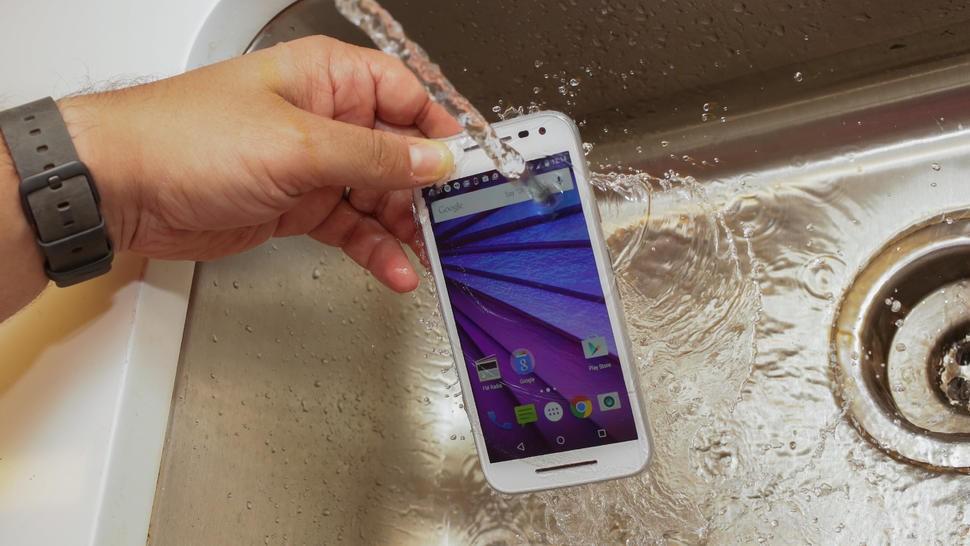 Ngay cả với những chiếc điện thoại được quảng cáo chống nước cũng cần cẩn thận