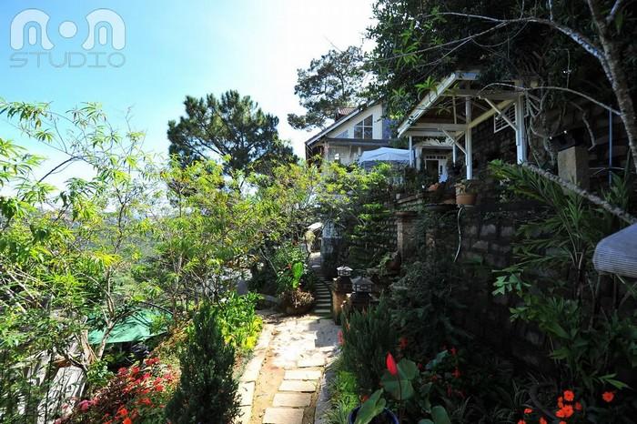 Con đường nhỏ xinh dắt lên ngôi biệt thự có quán cafe thơ mộng