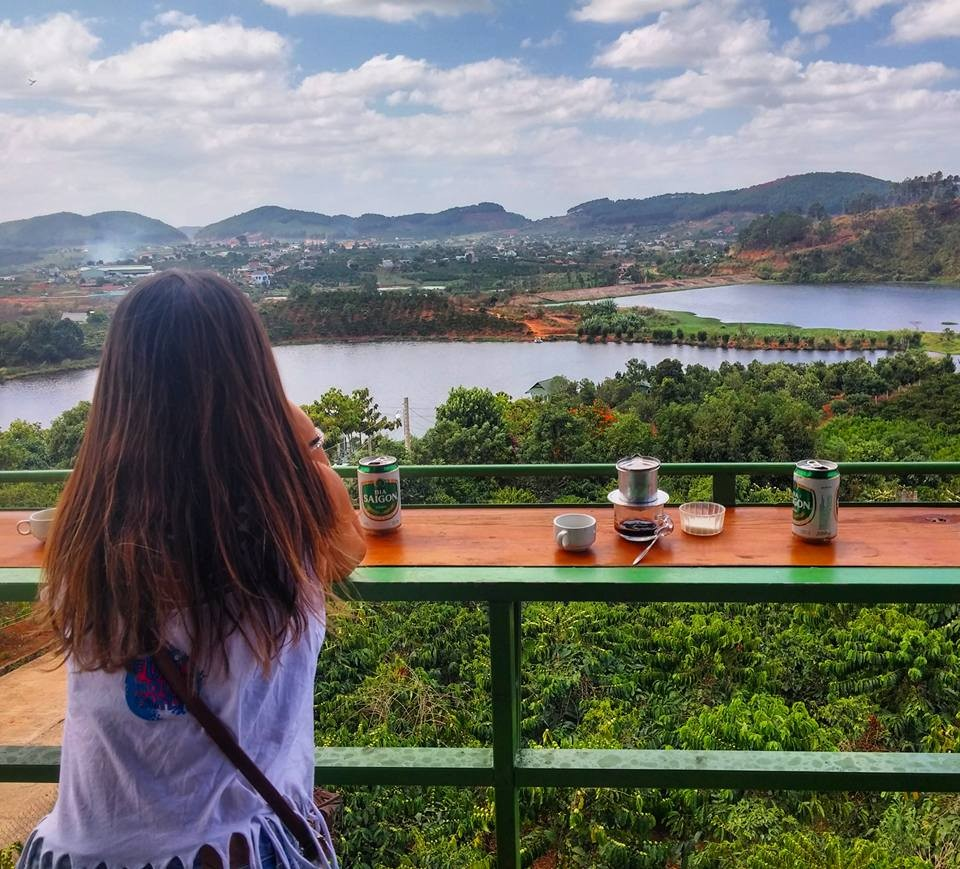 Thưởng thức cafe và tận hưởng khung cảnh ngoạn mục trước mặt sẽ là trải nghiệm khó quên đối với du khách