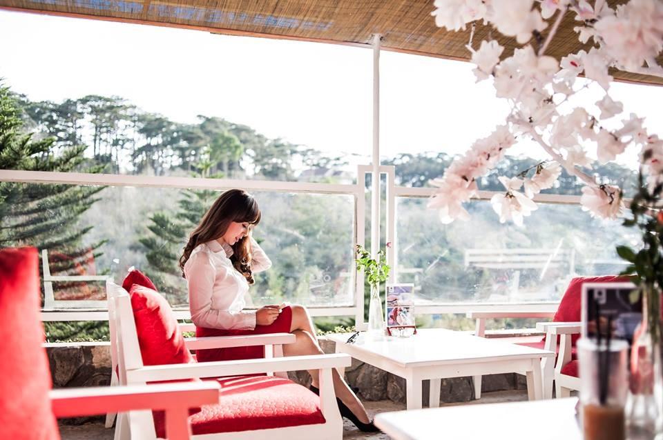 Nắng rọi vào quán qua khung cửa kính