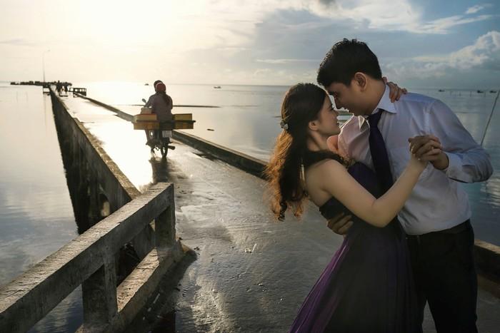 Nhảy với nhau giữa bình minh Phú Quốc