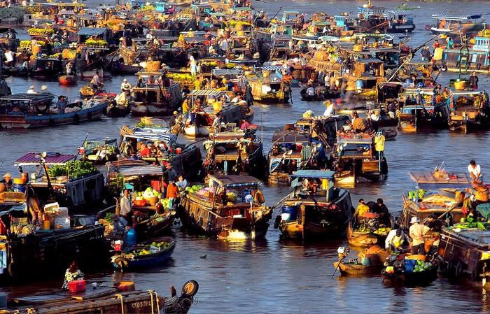 Tấp nập ghe thuyền từ khắp nơi tìm đến