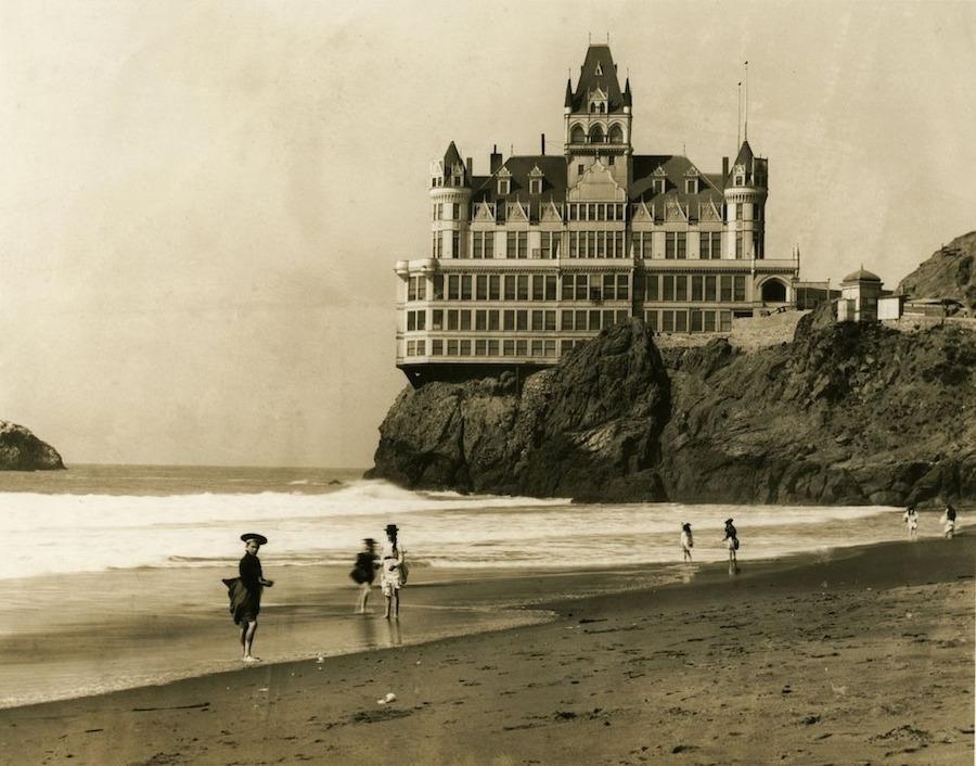 Tọa lạc trên một vách đá với tầm nhìn hướng ra bãi Ocean Beach, Cliff House ở San Francisco là một trong những nhà hàng lâu đời và nổi tiếng nhất California.