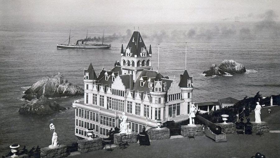 Tuy nhiên, chỉ trong vòng hai năm, một Cliff House hoàn toàn mới ra đời mang phong cách lâu đài Victoria với 7 ngọn tháp và một đài quan sát.