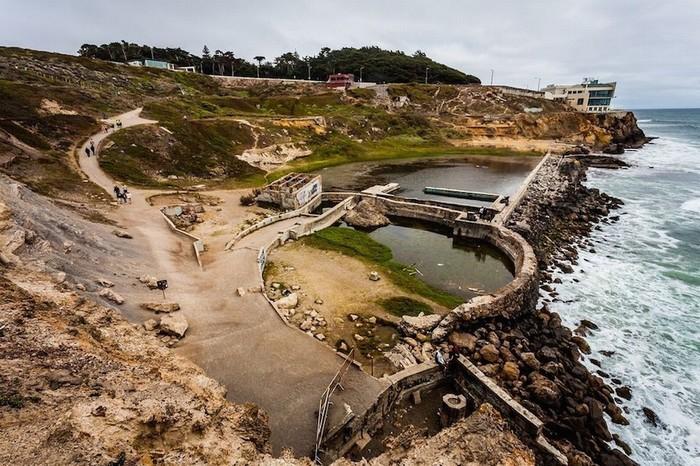 Những bể tắm trước là niềm tự hào của Cliff House được bán cho một công ty bất động sản để cải tạo thành khu nhà ở. Tuy nhiên, năm 1966, một ngọn lửa bí ẩn bùng lên đã chấm dứt hoàn toàn dự án