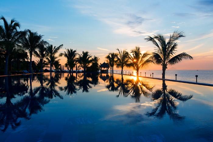 Hồ bơi ở Amiana Resort có view hướng về đại dương xanh thẳm
