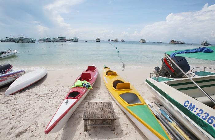 Bãi Sao là bãi tắm đẹp nhất trên đảo với cát trắng mịn, bờ biển dài, thoai thoải, dịch vụ đa dạng từ lặn biển, chèo thuyền, ca nô nước,...sẽ níu chân du khách.