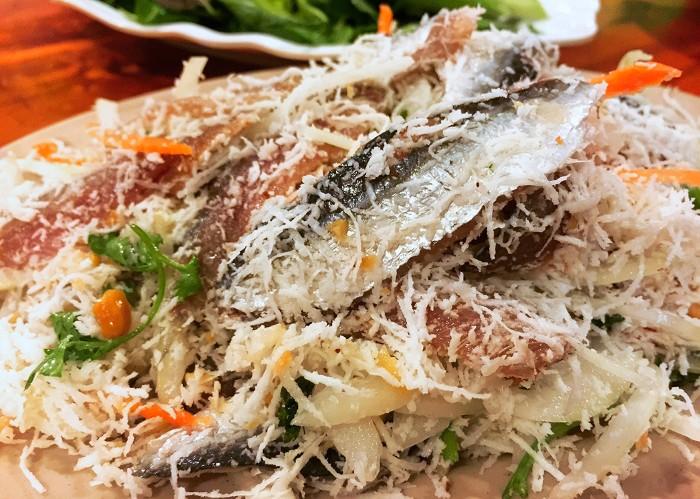 Gỏi cá trích: Cá vừa đánh bắt lên, tươi sống sẽ cho thịt béo ngọt khi ăn