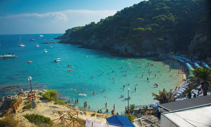 Du khách thích thú vui đùa cùng vùng biển Tremiti xinh đẹp