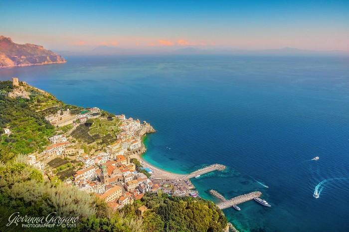 Amalfi cuốn hút với làn nước biển xanh như màu trời