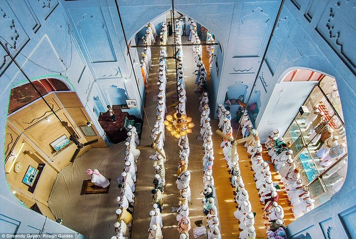 Đồng giải nhì là một bức ảnh có nội dung hoàn toàn khác của Sirsendu Gayen. Đó là khoảnh khắc tại một thánh đường dành cho tín đồ Hindu giáo tại Varanasi, Uttarpradesh, Ấn Độ khi rất nhiều người đang làm lễ cầu nguyện.