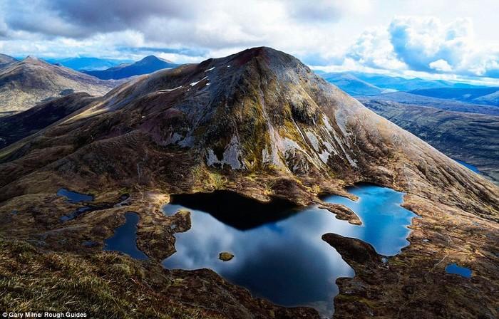 Bức ảnh bao quát vẻ đẹp thiên nhiên của Scotland làm người xem có cảm giác như một thế giới siêu thực của Gary Milne.