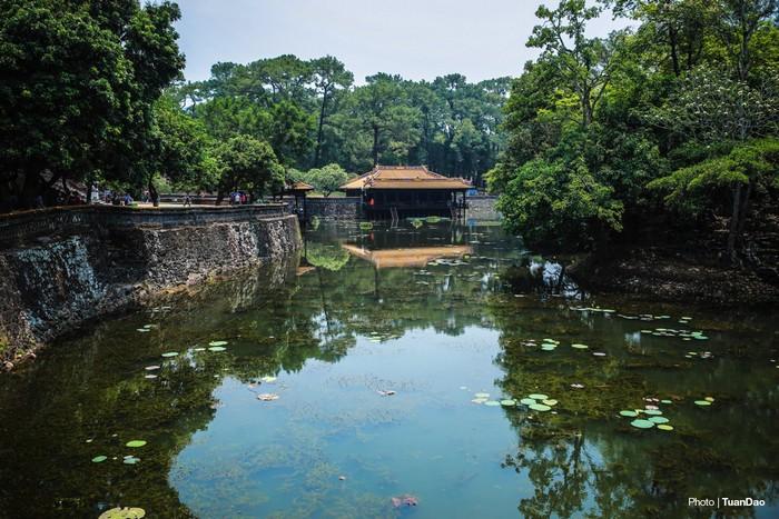 Lăng Tự Đứcnằm trong một thung lũng hẹp thuộc phường Thủy Xuân, TP Huế.