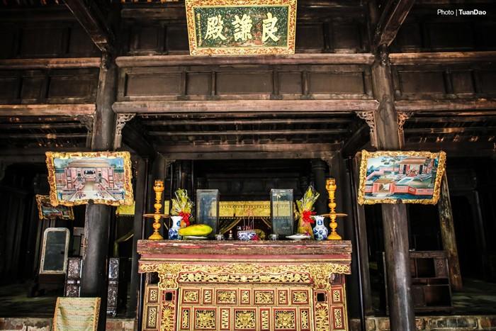 Chính giữa là điện Hòa Khiêm để vua làm việc, nay là nơi thờ cúng bài vị của vua và hoàng hậu.