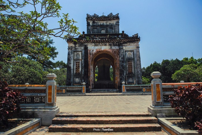 Ra khỏi khu vực tẩm điện, du khách theo con đường quanh co dẫn sang khu lăng mộ.