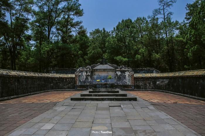 Nằm ở chỗ sâu nhất và đắc địa nhất là khu vực mộ của vua Tự Đức, bao quanh bởi rừng thông reo ngút ngàn.