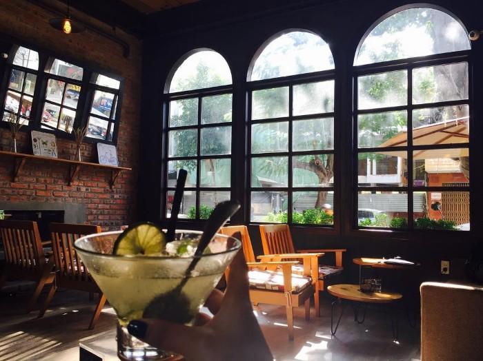 Hiệu ứng ánh sáng tuyệt đẹp tại Retro Kitchen and Bar - Ảnh: @jackie_yh
